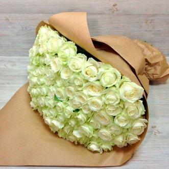 101 белая роза в крафте
