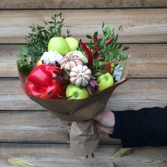Букет с яблоками, перцем и чесноком
