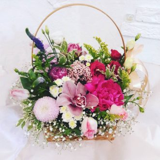 Корзина с пионами и орхидеями