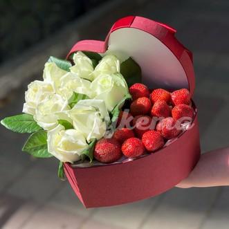 Композиция из клубники и белых роз