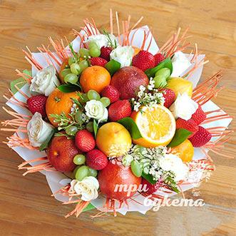 Букет из фруктов и белых роз