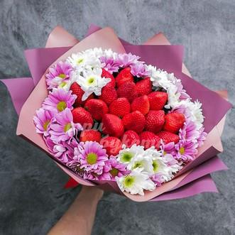 Букет из клубники и хризантем